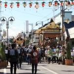 秋まつりの日の左澤中央通り商店街